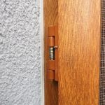 Drzwi-moskitierowe-zawias-ze sprezyna